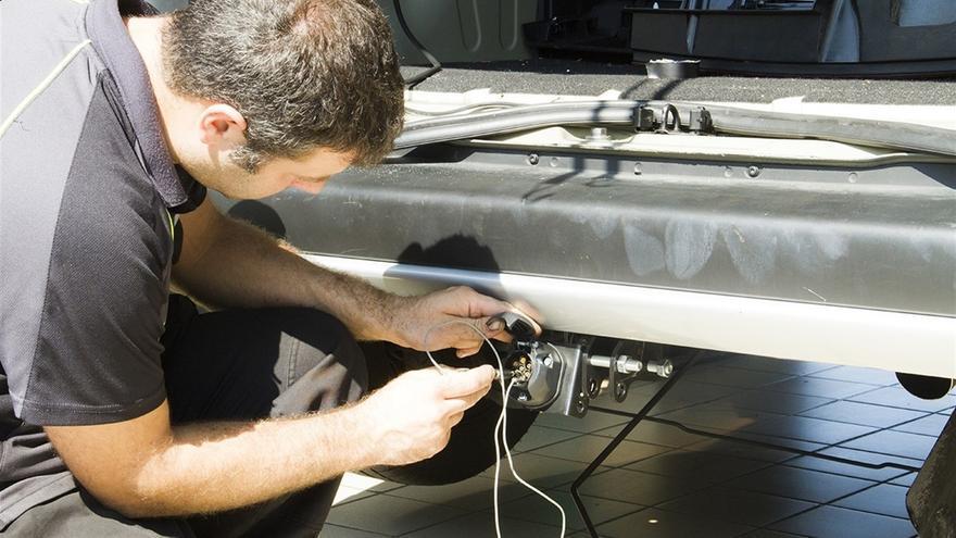 Empleado en un taller de automóviles, en una imagen de archivo