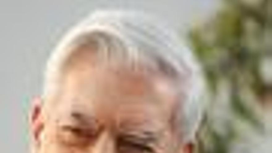 """Vargas Llosa recibe """"conmovido"""" el Premio Internacional de Ensayo Caballero Bonald"""