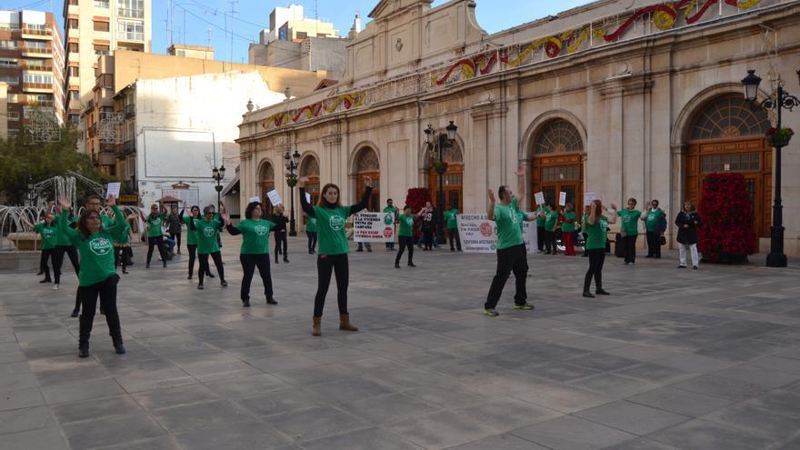'Flashmob' de la PAH de Castellón frente al Ayuntamiento de la ciudad para pedir la aprobación de la moción antidesahucios, el pasado 26 de noviembre.