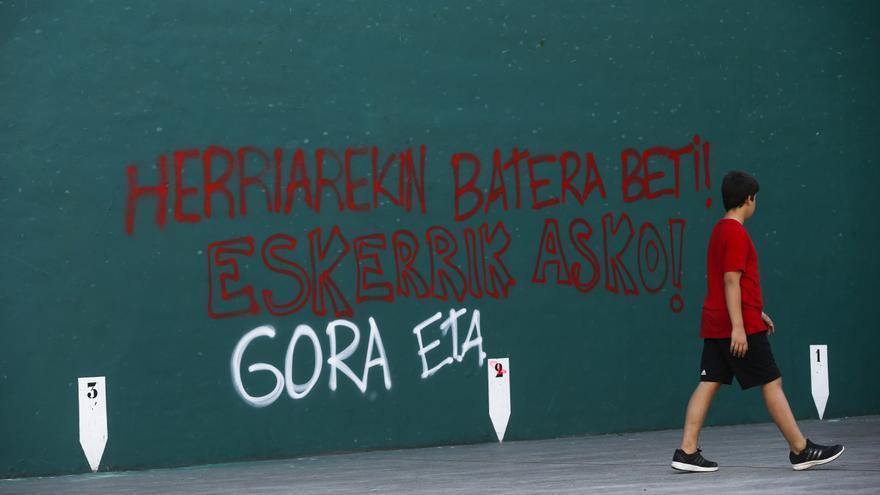 """Pintada en Hernani al día siguiente del anuncio de desarme: """"Siempre con el pueblo. Gracias. Gora ETA"""""""