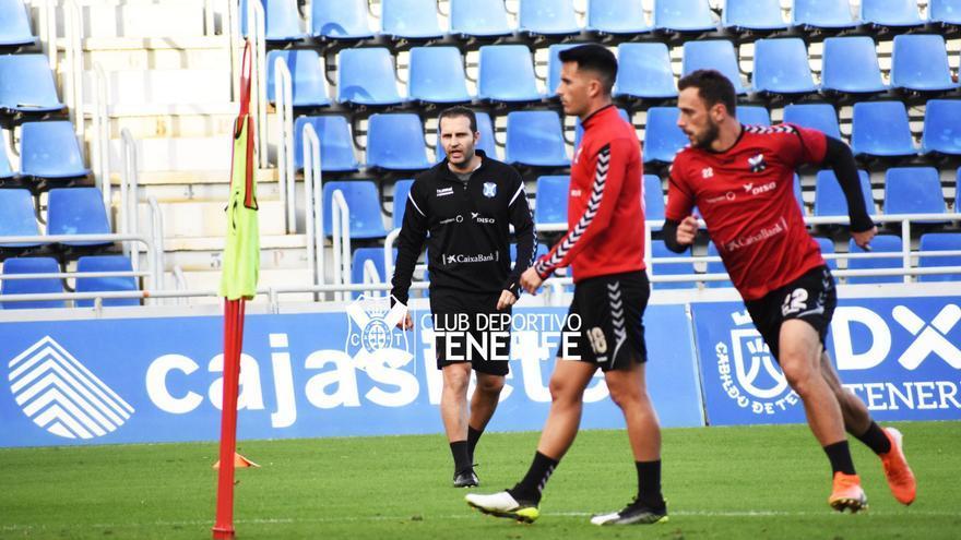 Rubén Baraja dirigiendo su primer entrenamiento en el CD Tenerife sobre el césped del Heliodoro.