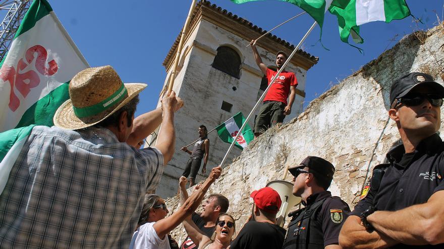 La finca de Queipo, custodiada por fuerzas policiales.   JUAN MIGUEL BAQUERO