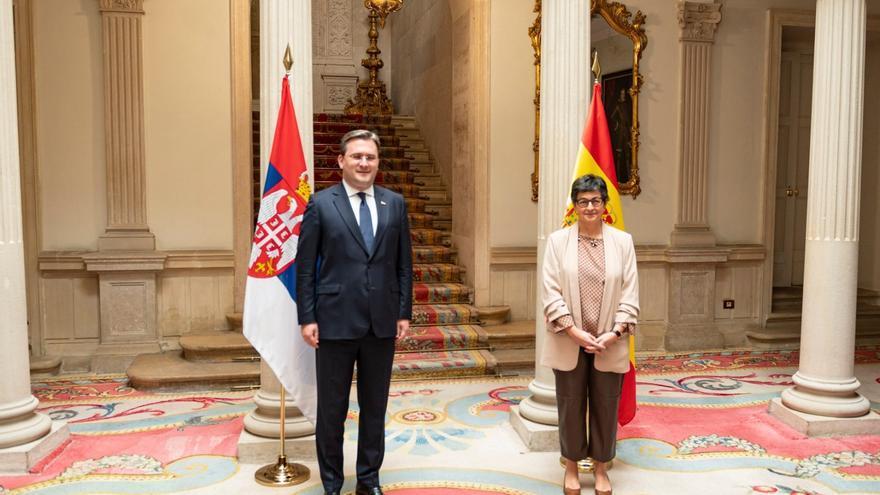 La ministra de Asuntos Exteriores, UE y Cooperación, Arancha González Laya, y su homólogo de Serbia, Nikola Selakovic