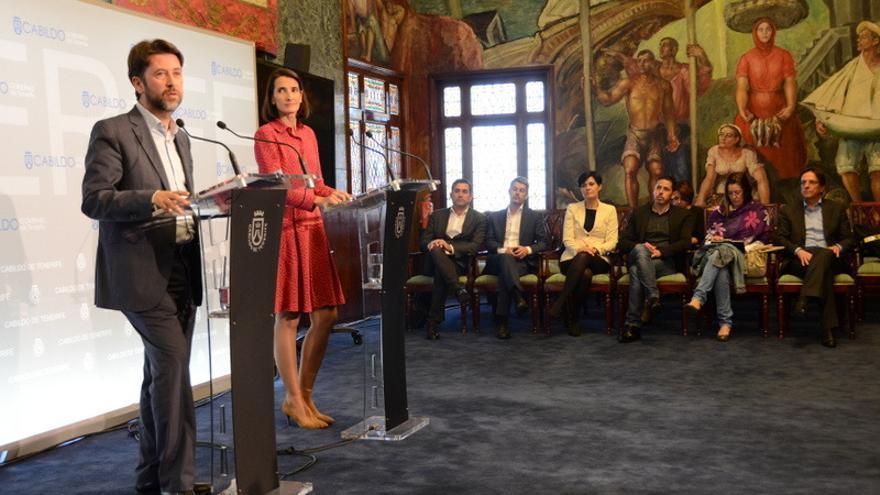 La consejera de Turismo, Cultura y Deportes del Gobierno, Teresa Lorenzo, y el presidente del Cabildo de Tenerife, Carlos Alonso, durante la rueda de prensa
