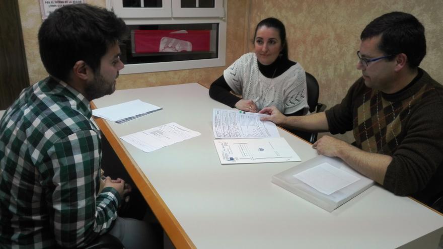 Una familia se informa de su hipoteca y las cláusulas suelo en el servicio de información gratuita de IU Mérida