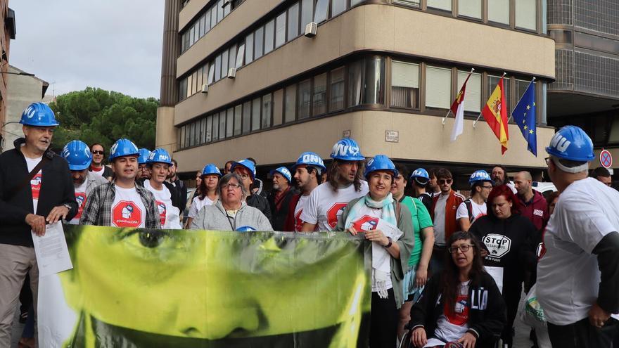 Protesta de activistas de la PAH a las puertas de los juzgados de Guadalajara