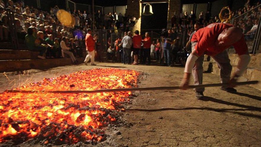 San Pedro Manrique pisa el fuego en la noche mágica de San Juan
