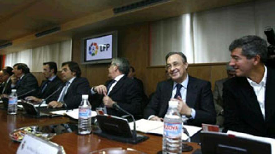 Imagen de la asamblea que celebró este viernes la LFP. (REUTERS)