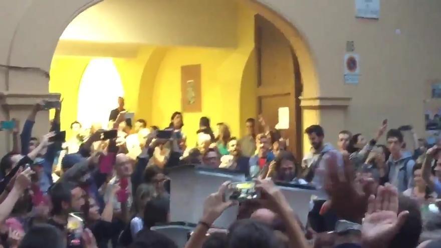 Los Mossos d'Esquadra salen con las urnas de un colegio en Sants