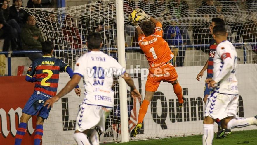 El meta del Llagostera ataja una de las escasas ocasiones de gol de los blanquiazules. LFP