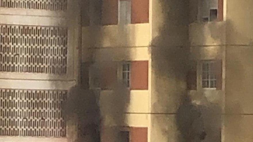 Los bomberos de Las Palmas de Gran Canaria sofocan un incendio en un edificio de la capital grancanaria