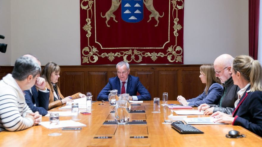 El consejero de Obras Públicas, Sebastián Franquis, ofrece a los grupos políticos en el Parlamento integrarse en el Pacto Social y Político por el acceso a una vivienda digna en Canarias.