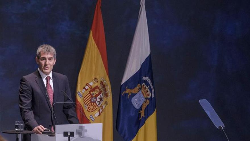 Fernando Clavijo, durante su discurso ante los premiados en el acto institucional del Día de Canarias 2017 celebrado en el Teatro Pérez Galdós de Las Palmas de Gran Canaria. EFE/Ángel Medina