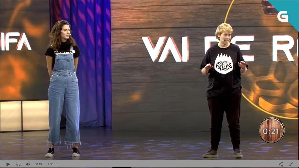Captura del vídeo de la participación de Sara Marchena e Aurora Redondo en un espacio de regueifas en Luar