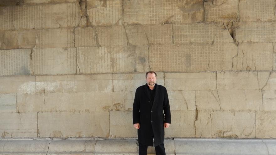 Everson en el Paso Juyong de la Gran Muralla china. En las paredes hay escritos mensajes en diferentes lenguas.