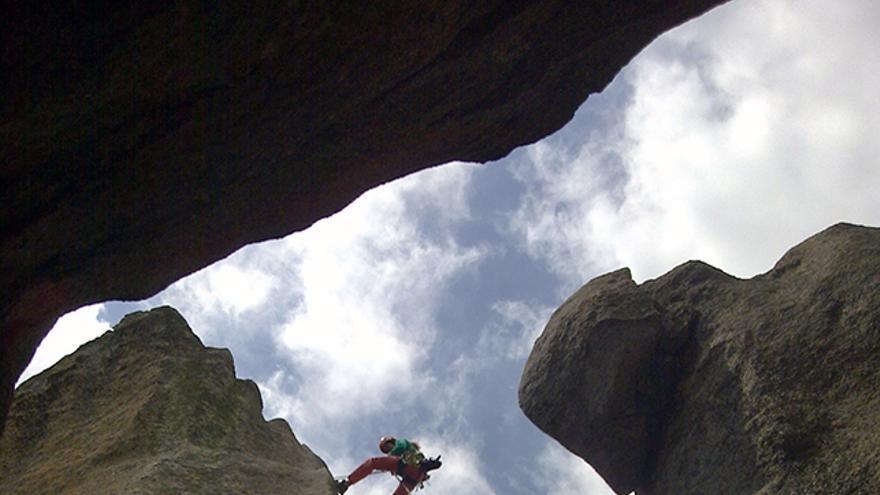 Antes de escalar vías de varios largos hay que aprender a rapelar. Hoy día hay escaladores de deportiva con mucho grado pero que nunca han rapelado ni conocen la maniobra. Si además es alguien que se está iniciando, debe saber de antemano si se siente cómodo o no en alturas.