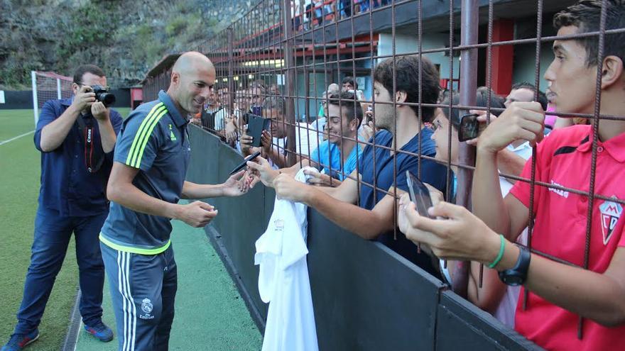 La afición solicitó a Zidane autógrafos. Foto: JOSÉ AYUT.