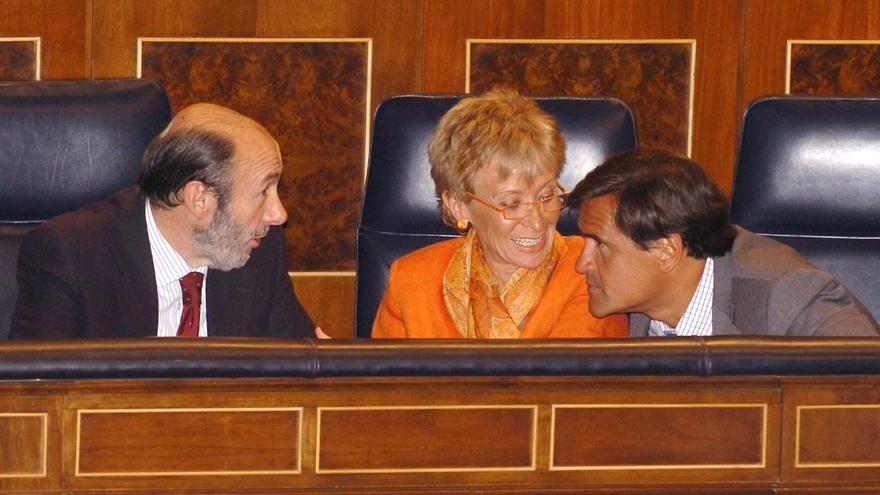 El portavoz parlamentario del PSOE, Alfredo Pérez Rubalcaba (izda); la vicepresidenta primera del Gobierno, María Teresa Fernández de la Vega (c), y el ministro de Justicia, Juan Fernando López Aguilar (dcha) en 2005