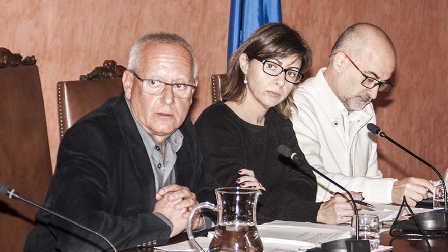 Vicent Grimalt, junto a Maria Josep Ripoll y Javier Scotto, en un momento del pleno de Dénia