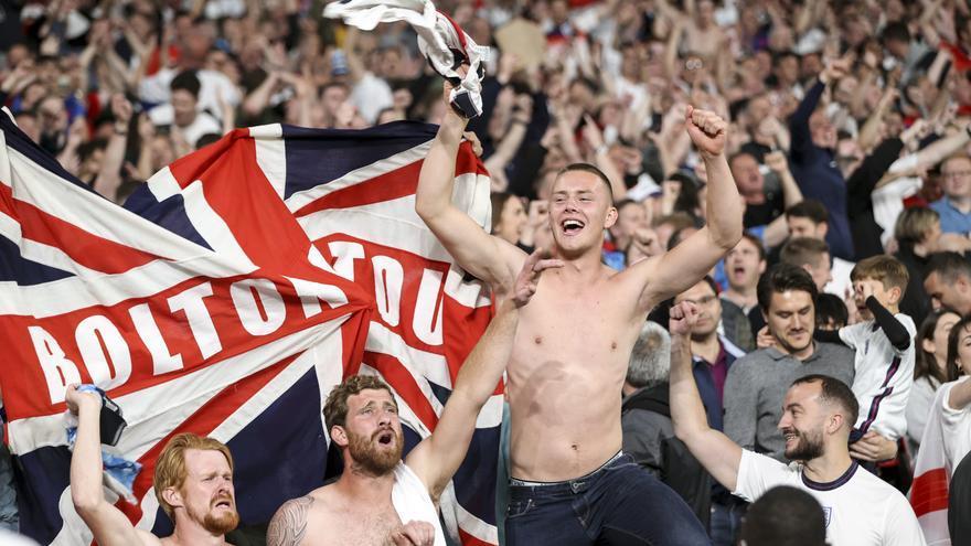 Los aficionados ingleses celebran este miércoles el gol de la victoria de su equipo en las semifinales de la Eurocopa en el estadio de Wembley, en Londres.