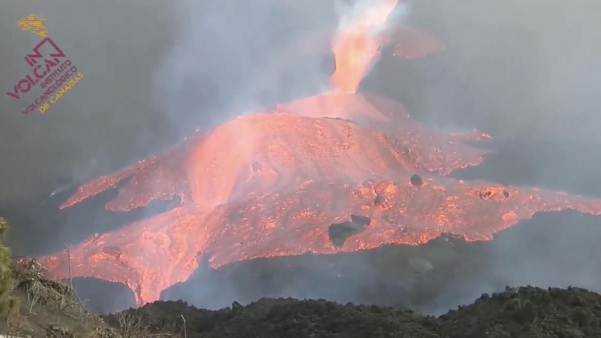 Una colada se desborda del cono principal del volcán