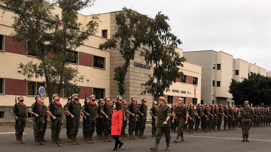 La ministra de Defensa, Margarita Robles, visita a las tropas de la base militar de La Isleta.