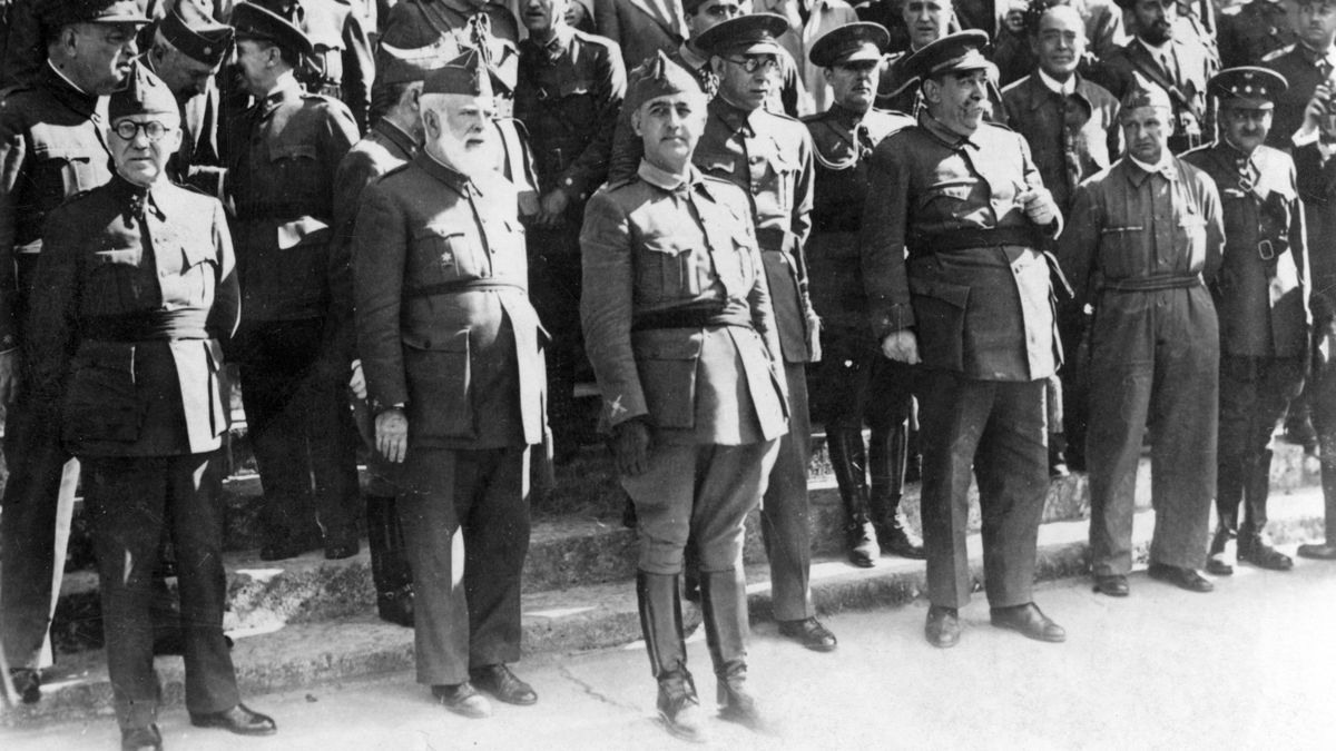 Investidura de Franco (en el centro) como Jefe del Estado, rodeado de miembros de la Junta de Defensa Nacional y otras jerarquías del Ejército. Entre otros, los generales Juan Vigón, Fidel Dávila , Emilio Mola o Andrés Saliquet.