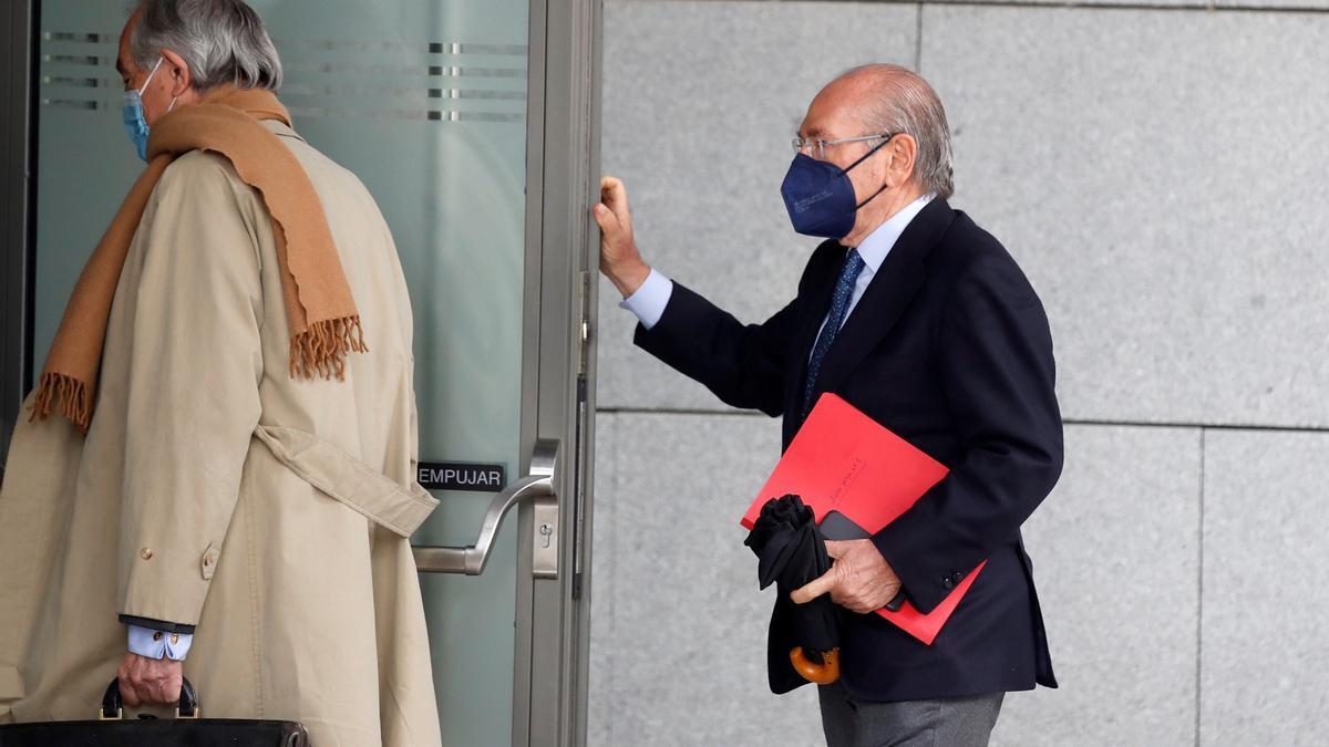 El expresidente de Sacyr Luis del Rivero (d) llega a la Audiencia Nacional.