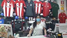 María Eugenia en su tienda de ropa deportiva en Bilbao