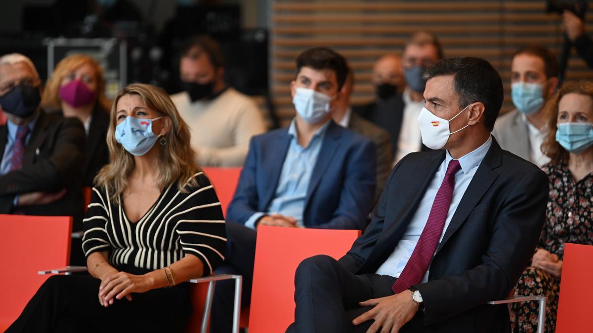 Pedro Sánchez y Yolanda Díaz en la inauguración del 'Diálogo sobre el futuro del trabajo' celebrado en Santander.