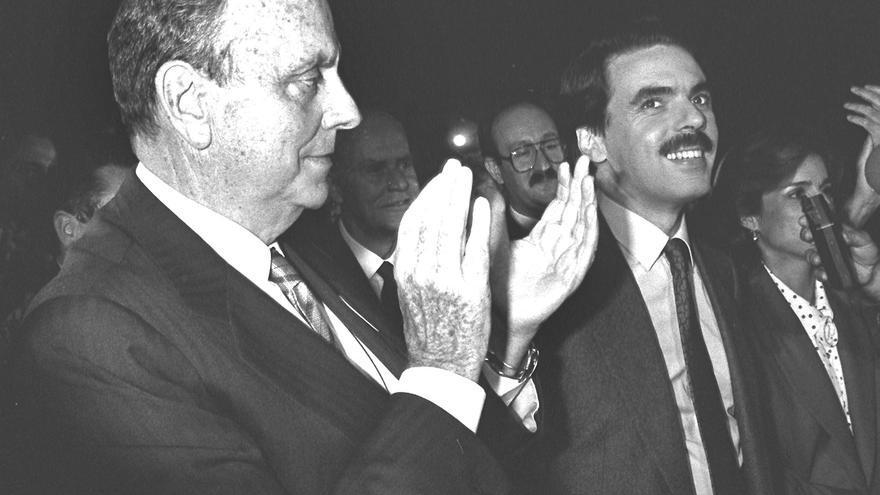 Manuel Fraga y José María Aznar, durante un mitin de campaña en el año 1989. / Ramón Castro / Efe