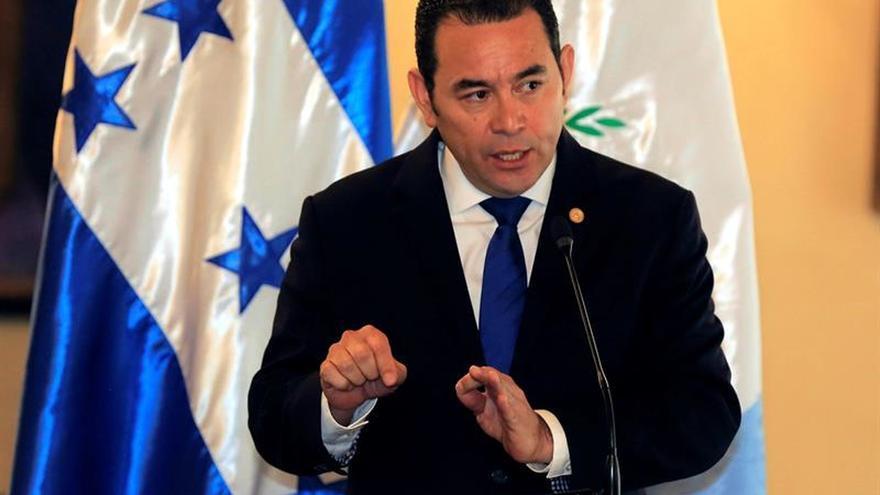 El presidente de Guatemala aborda con senador estadounidense migración y seguridad