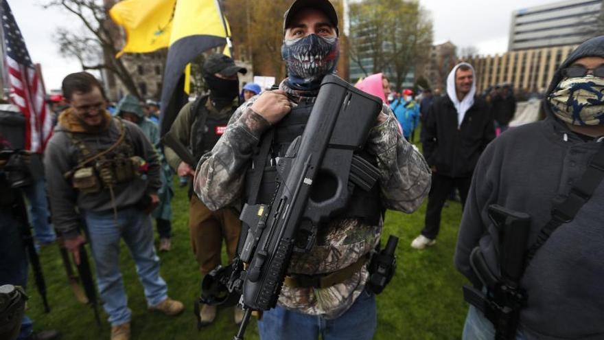Un manifestante armado en el Capitolio de Michigan el pasado 30 de abril durante las movilizaciones contra el confinamiento.