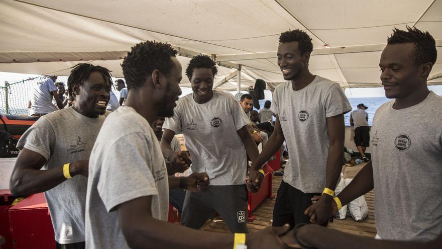 Los rescatados celebran que acaban de ver Barcelona en el horizonte.