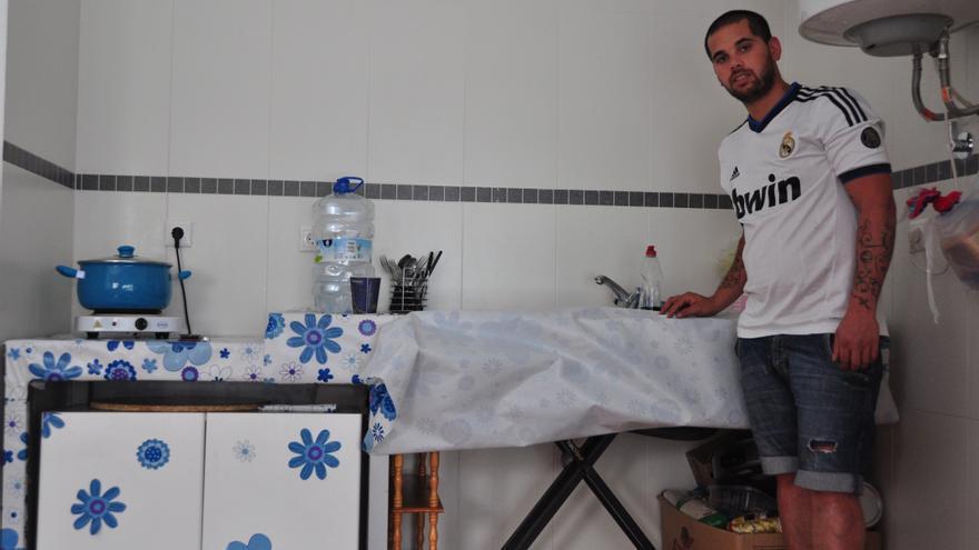 Isidro, en la cocina que ha montado/ Foto: Miguel Heredia
