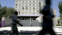 Cinco médicos contagiados en el Gregorio Marañón en la despedida de un compañero