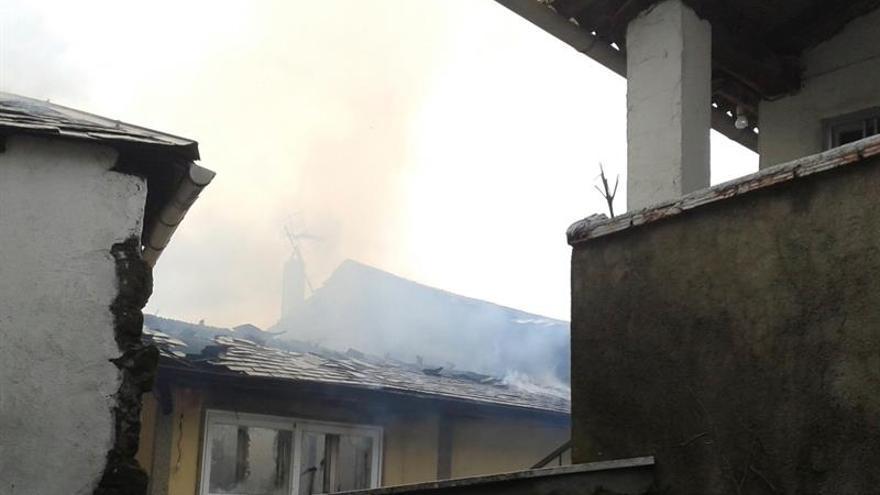 Un incendio calcina dos viviendas y afecta a otra en Lubián (Zamora)