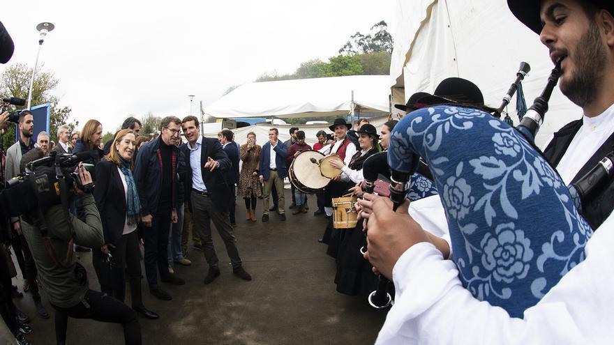 Feijóo y Casado a su llegada a la comida-mitin de Santiago