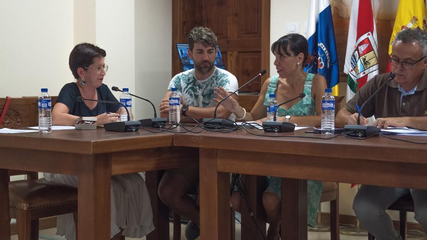 Dácil Pérez (i), concejal del PP en Tijarafe, en un pleno del Ayuntamiento.