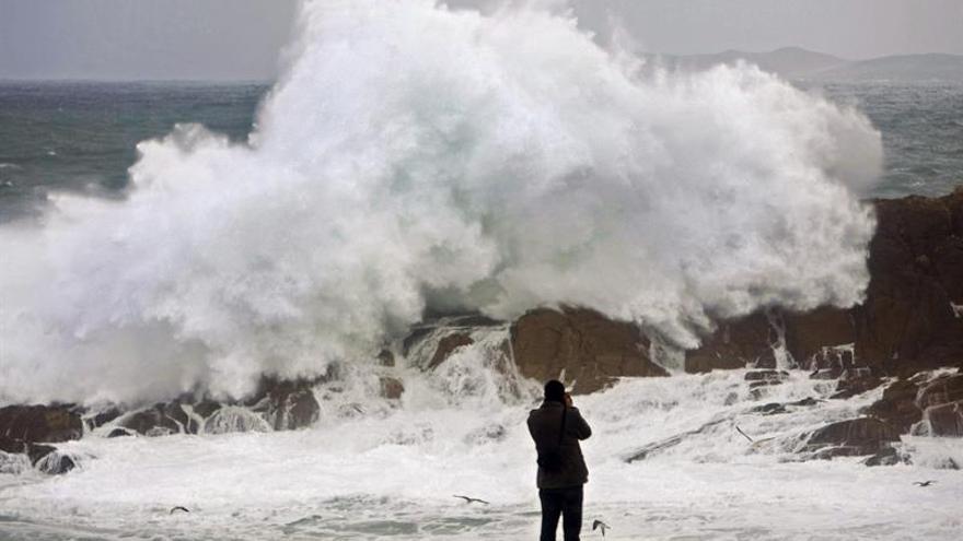 Diez provincias de 5 comunidades en alerta por lluvia, oleaje y fuerte viento
