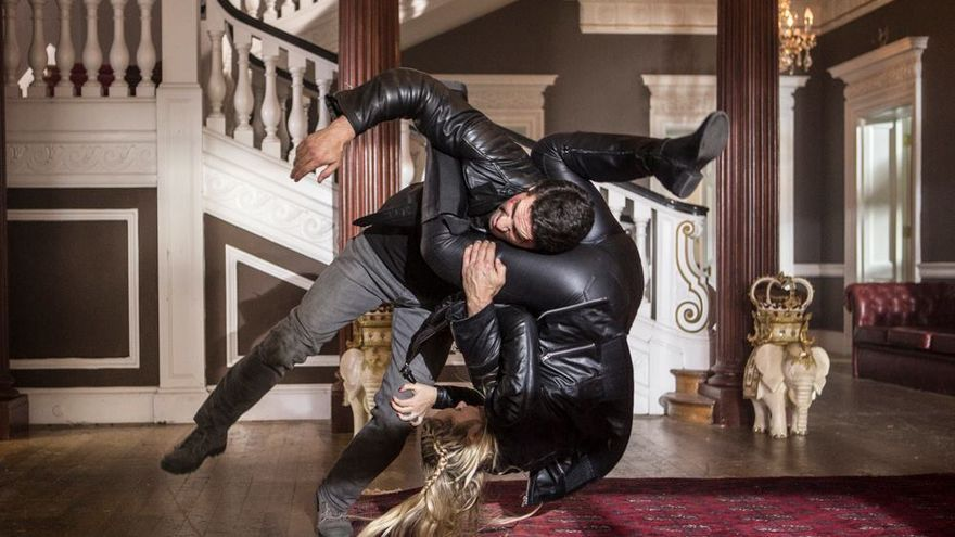 Scott Adkins y Amy Johnston en Accident Man