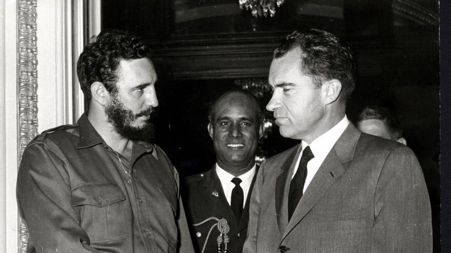 Castro saluda al vicepresidente Richard Nixon en su visita a Washington en 1959.
