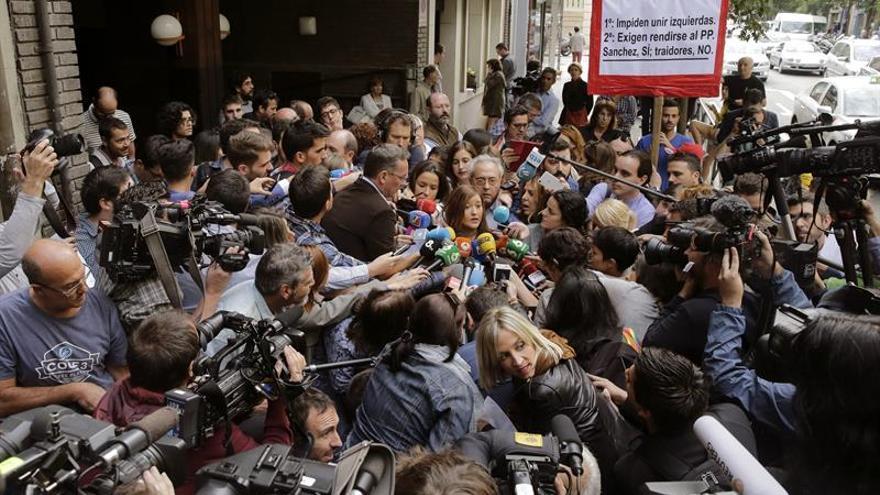 La presidenta del Comité Federal del PSOE, Verónica Pérez (c) en declaraciones a los periodistas a las puertas de la sede del PSOE en Ferraz.