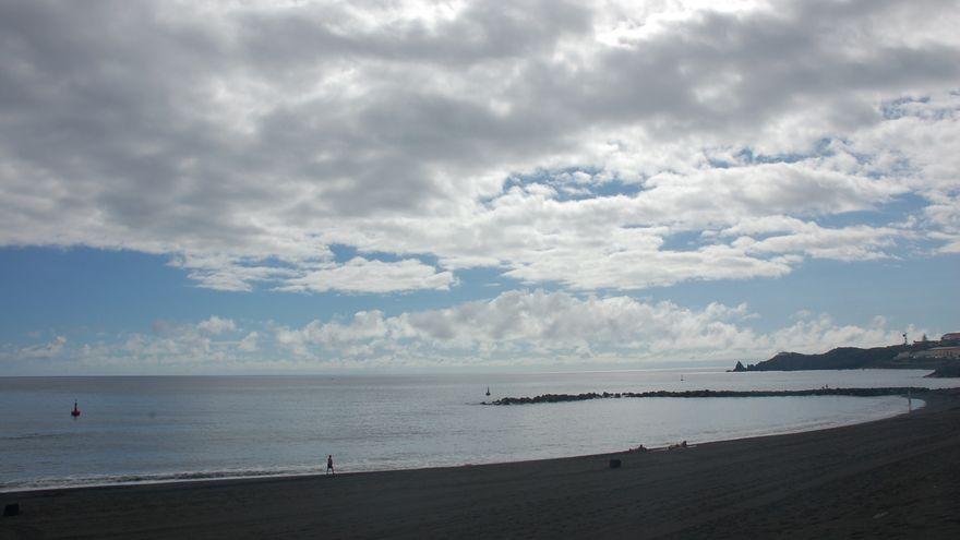 Los intervalos nubosos y las bajadas de temperaturas predominarán este viernes en Canarias
