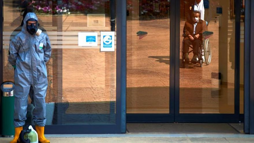 Efectivos del UME trabajaban en la desinfeccion de la residencia Los Sauces, de Sant Boi del Llobregat (Barcelona), este lunes.