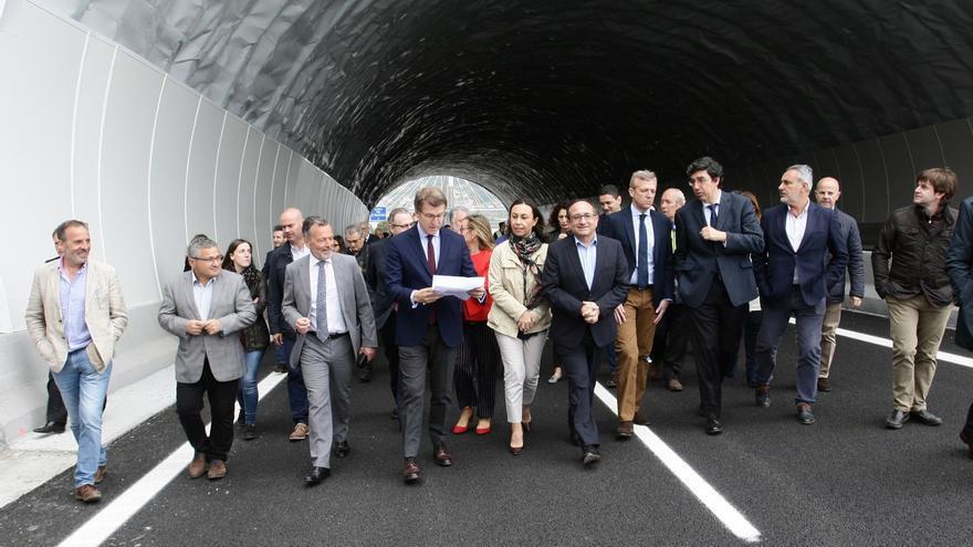 Feijóo, con los invitados a la inauguración, sale del túnel de la Autovía do Morrazo