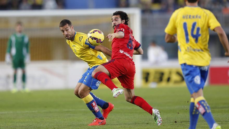 David García pugna por un balón con el jugador del Osasuna De Las Cuevas. (CARLOS DÍAZ RECIO)