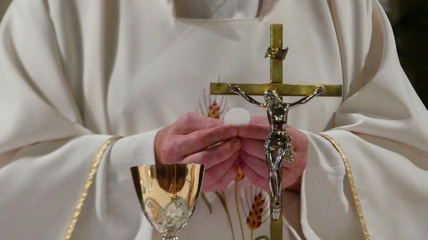 Un sacerdote en un oficio religioso   PIXABAY