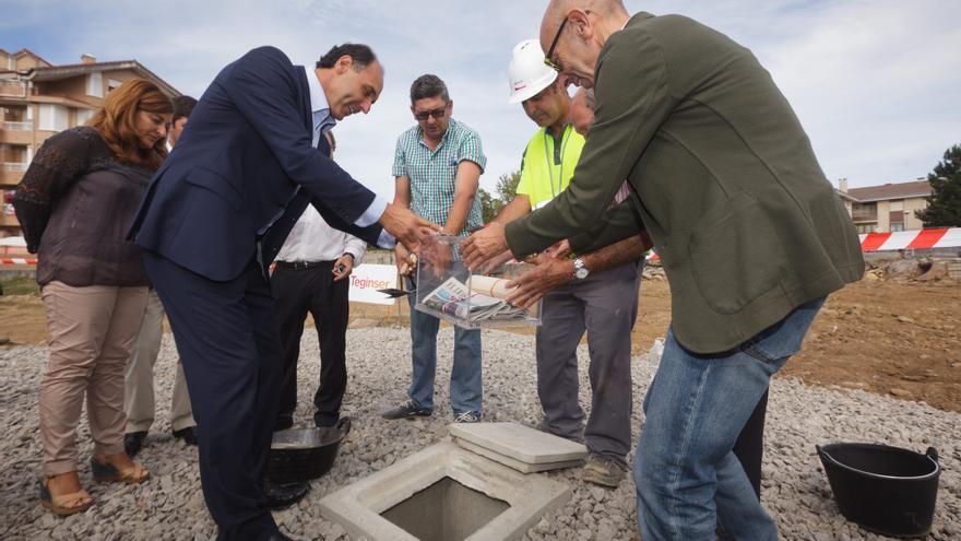 Ignacio Diego ayuda a colocar la primera piedra del nuevo consultorio médico de Noja al alcalde, Jesús Díaz. | RAÚL LUCIO