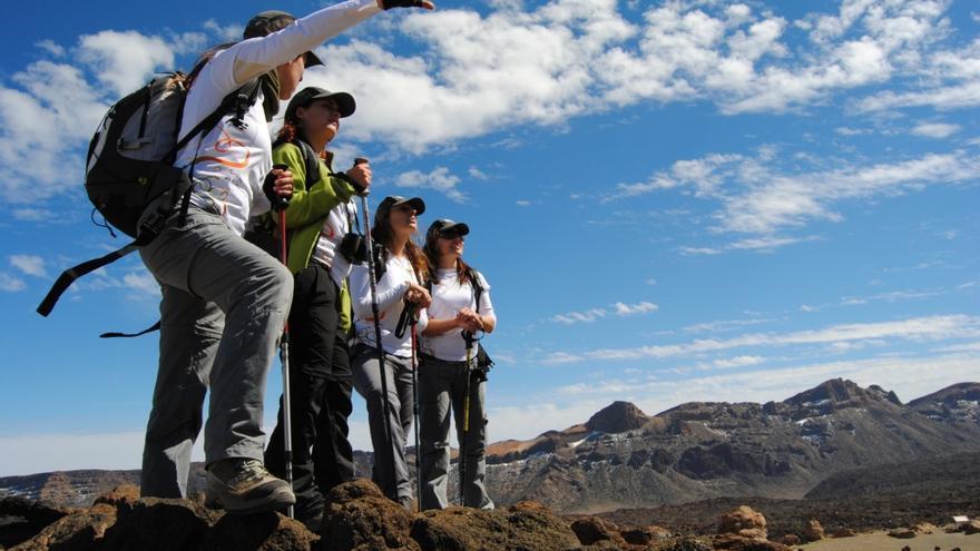 Un grupo de turistas de visita en las Cañadas del Teide